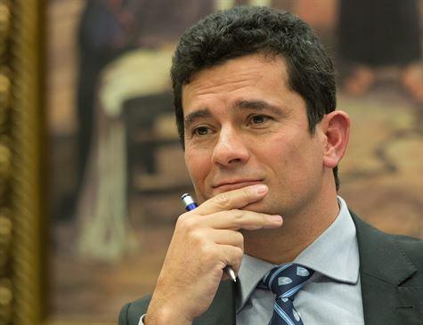 Bolsonaro conversa com Moro sobre ministério