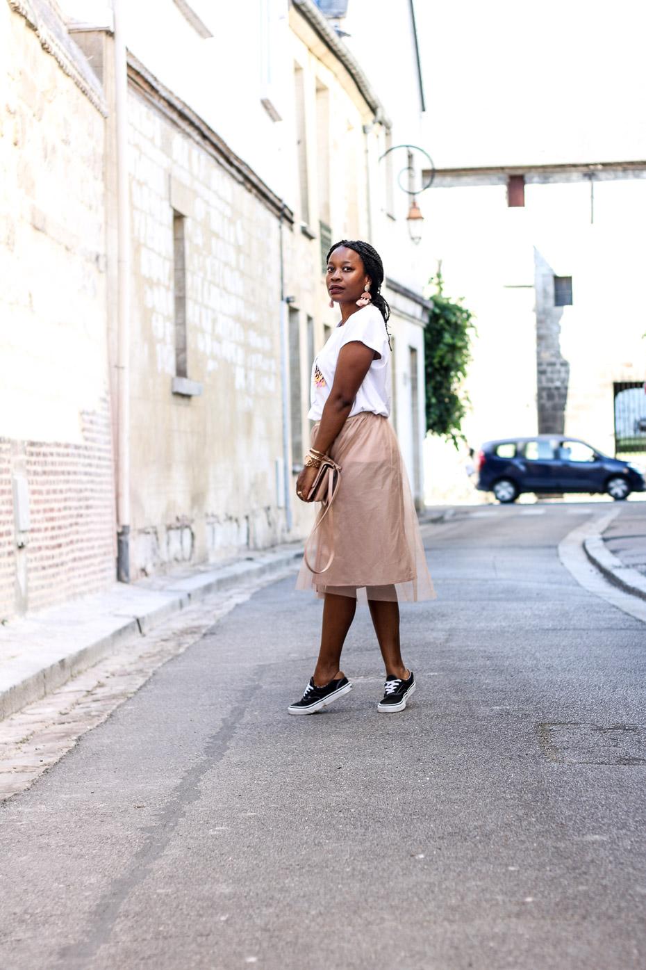 tenue-chic-et-tendance-avce-une-jupe-tutu-et-un-tee-shirt-imprimé