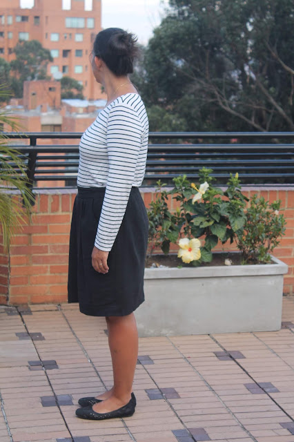 Side view of a black linen skirt sewn from the Simplicity 1887 sewing pattern.