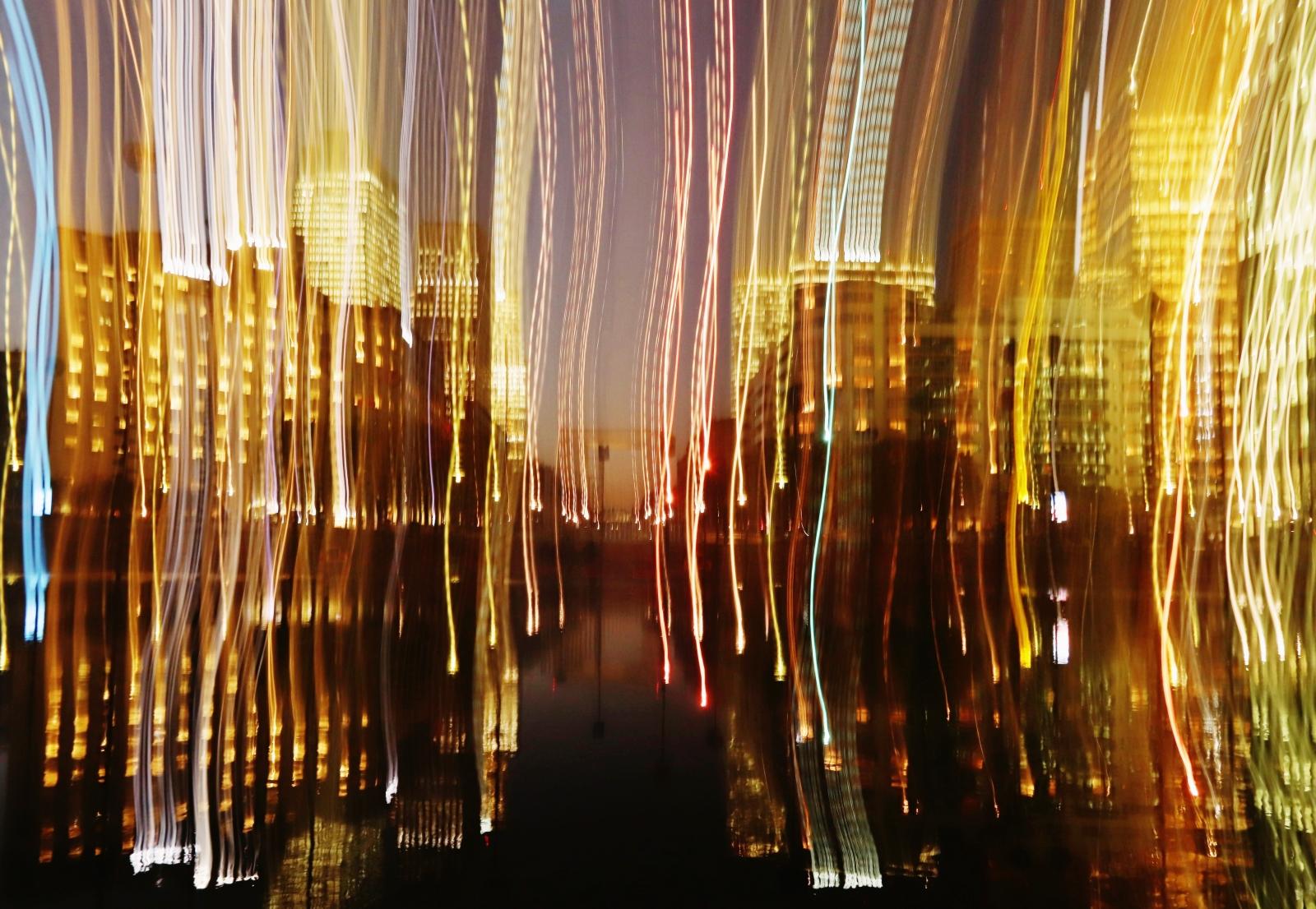 Immeubles, lumières et pièce d'eau