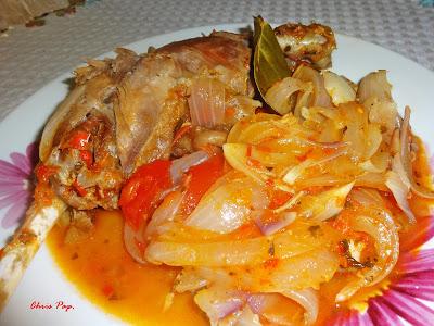 Κοκοράκι με κρεμμύδια στιφάδο και κομμάτια ντομάτας φύλλα δαφνης για νοστιμια και γευση αγνη
