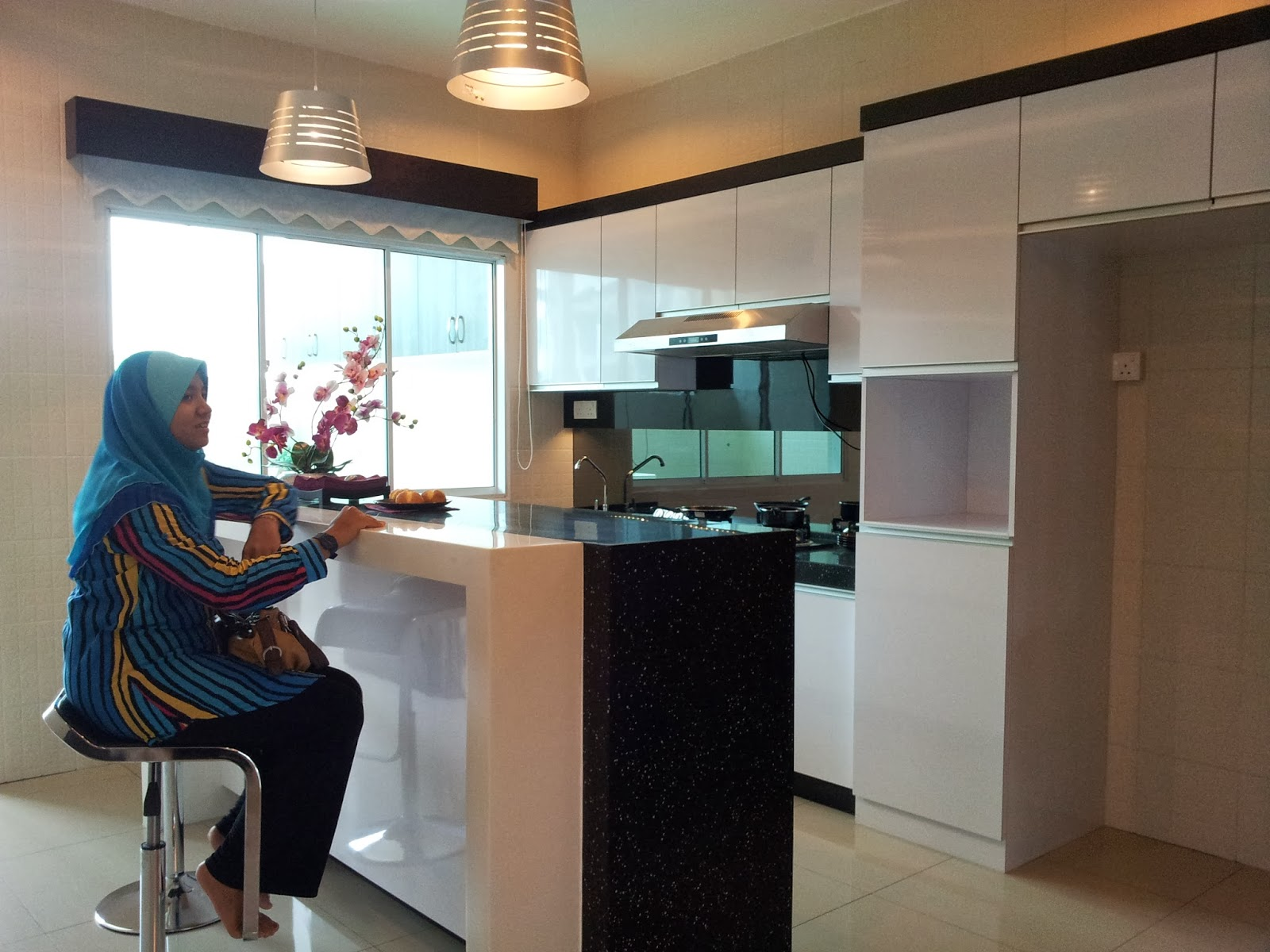 Ruang Dapur Jenis Tunggal Dengan Kicthen Cabinet Dari Bahan Acrylic Dan Bar Counter