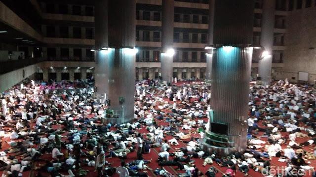 Massa Alumni 212 Istirahat di Masjid Istiqlal Sebelum Berjamaah Subuh di Monas