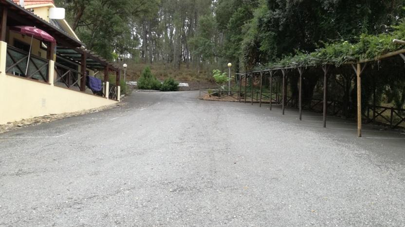 Zona de estacionamento e Bar