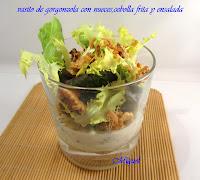 Vasito de crema de gorgonzola con nueces, cebolla frita y ensalada