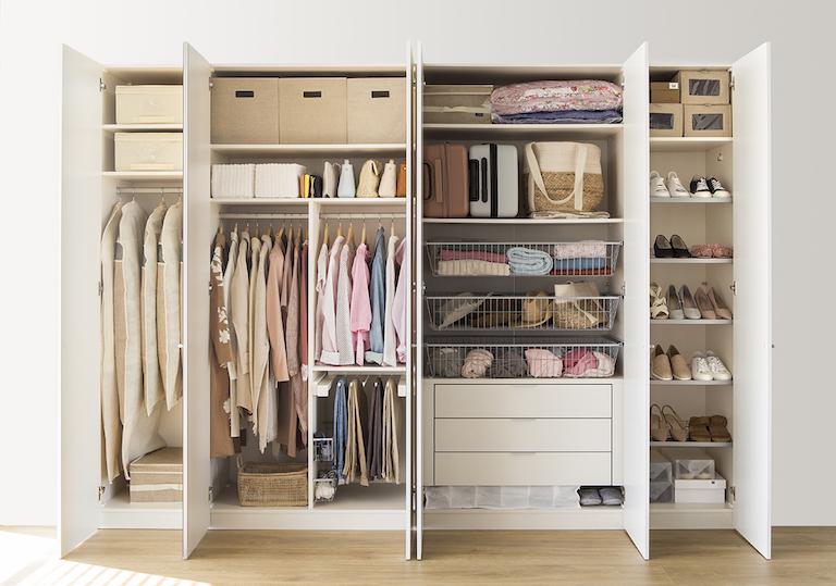 Limpieza de cl set y m todo konmari le troup - Como organizar un armario empotrado pequeno ...