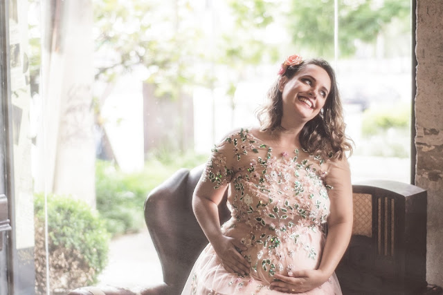 Maternity photoshoot poses for moms