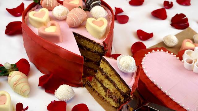 Cortando la tarta de san valentín