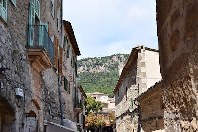 Calle de Valldemossa con montañas de fondo