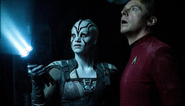 Novos uniformes e aliens em imagens inéditas Star Trek: Sem Fronteiras