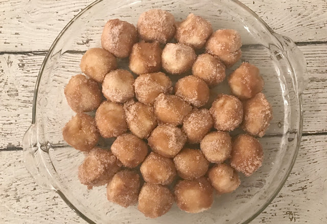The Easiest Baked Donut Holes Ever, baked donut holes, easy donut recipes, donut hole recipes, baked donuts, doughnuts, baked doughnut recipes, cinnamon and sugar donuts