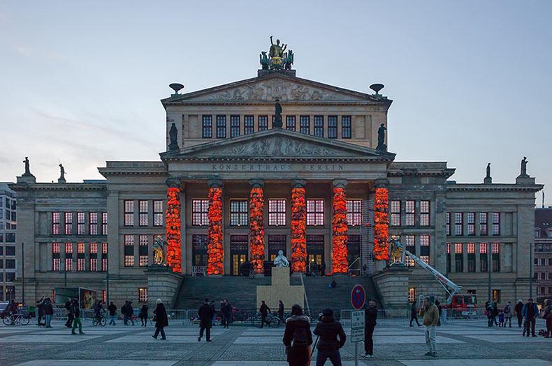 Ai Weiwei envolve las columnas del Konzerthaus Berlin con 14.000 chalecos salvavidas recuperadas de los refugiados