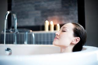 manfaat mandi air hangat bagi tubuh