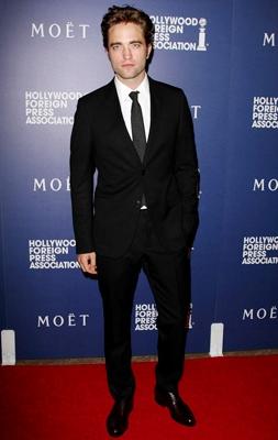 Foto de Robert Pattinson posando en terno