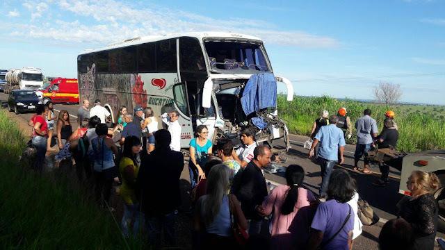 Ônibus da Eucatur com 45 passageiros colide com carreta
