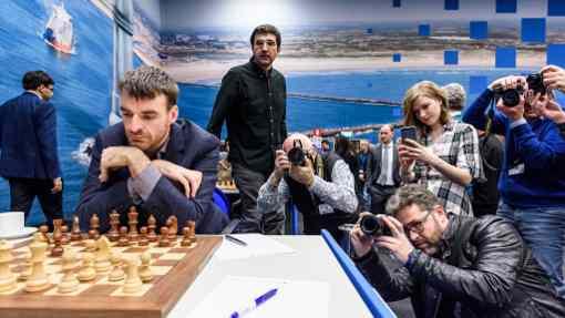 Les photographes braquent leurs appareils sur le champion du monde Magnus Carlsen opposé au Britannique Gawain Jones - Photo © Alina L'Ami