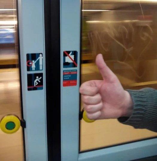 Neste caso ta dizendo para você não colocar o dedão na porta
