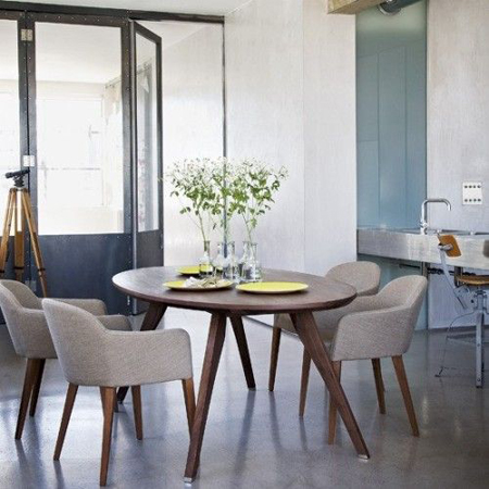mesa de madeira redonda com quatro pés