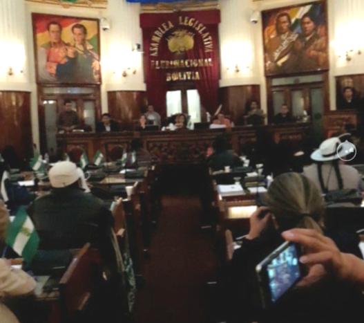 Solo 68 legisladores estuvieron presentes en la aprobación. No se llamó listas