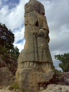 каменная статуя Гиганта