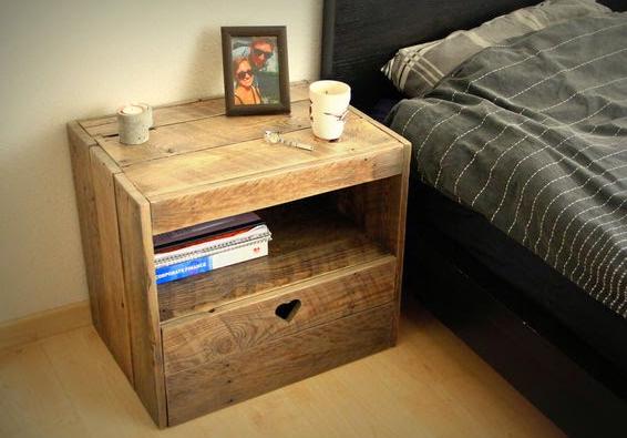 Romantis dengan memberikan simbol hati di laci bedside table.