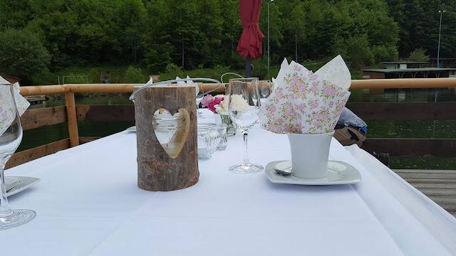 Kaffee und Kuchen auf dem Floss, kleine Hochzeit im Familienkreis, Trachtenhochzeit in Bayern, Garmisch-Partenkirchen, Riessersee Hotel, lila, rosa, violett, heiraten auf der Zugspitze, Hochzeitsplanerin Uschi Glas
