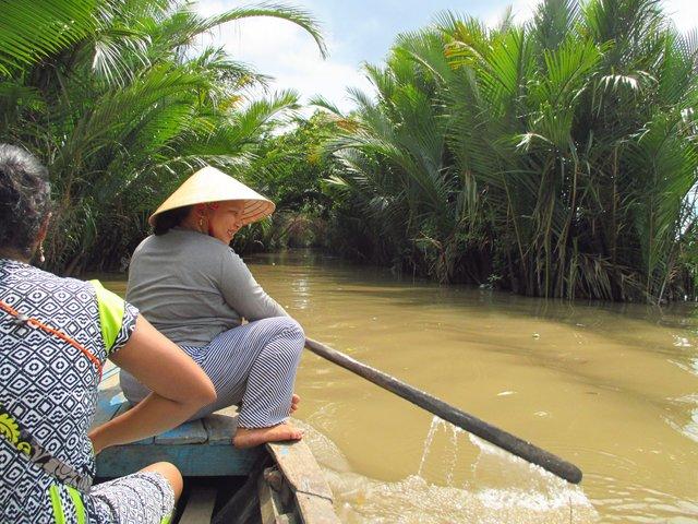 dayung kapal getek sungai mekong delta