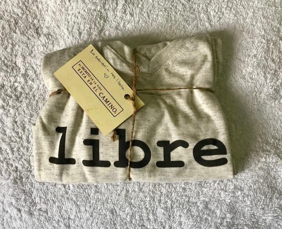 camiseta-con-palabra-libre-arcano-palabras