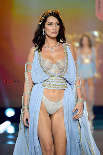 Bella-Hadid-at-2017-Victorias-Secret-Fashion-Show-12+%7E+SexyCelebs.in+Exclusive.jpg