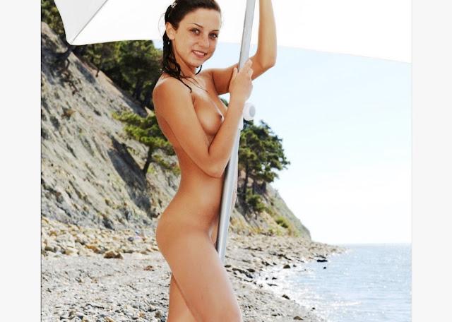 Эротика фото www.eroticaxxx.ru Решила голенькой позагорать. Загорает голышом на пляже