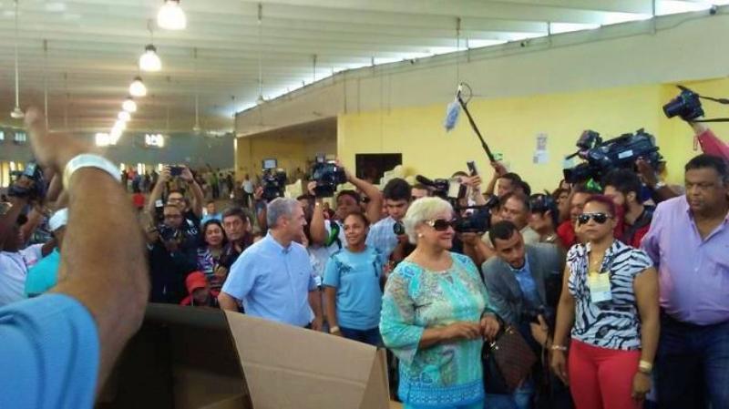 """Madre de Gonzalo Castillo pulsa opción """"ninguno"""" al momento de ejercer el voto"""