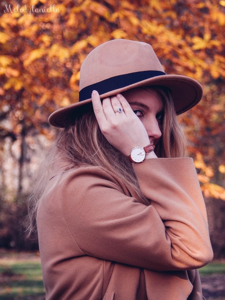 13 beżowy wiązany płaszcz na jesień wiosnę zimę beżowy kapelusz jak nosić kapelusz sukienka na jesień żółta w kwiaty zegarek daniel wellington kod rabatowy promocje rosegal zaful opinie moda fashion blogerka łódź