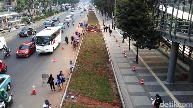 Duh Kasihan Padahal Ada Halte Bus, Terhalang Rumput Terpaksa Warga Nunggu Bis Di Jalan Raya...