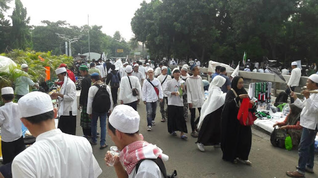 Posko Konsumsi dan Kesehatan Bertebaran Siap Layani Peserta Aksi Simpatik Bela Islam 55