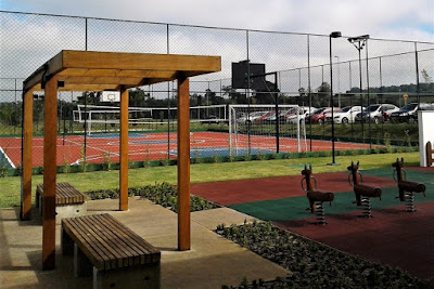 Jardins idealizados pelo paisagista Marcelo Novaes adornam quadras esportivas numa área de 3.874 m².