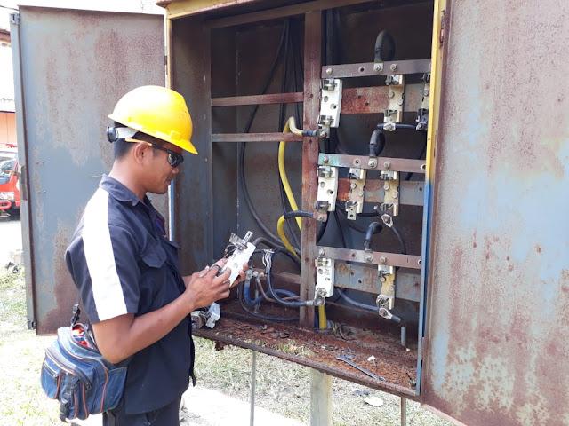 Staf Tehnik PLN Sigap Perbaiki Gardu Rusak