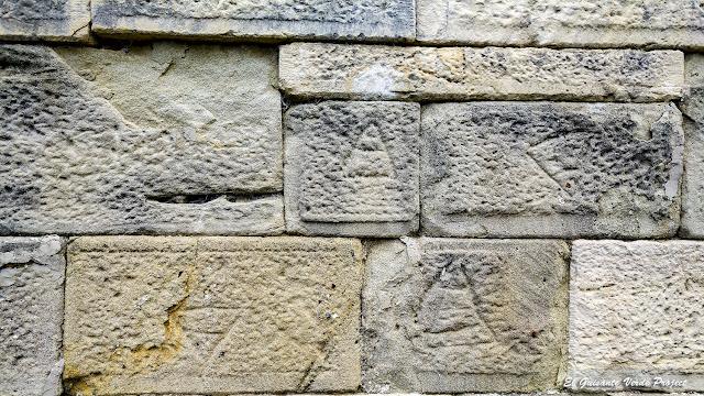 Muros con el anagrama de Apolonia - Albania por El Guisante Verde Project