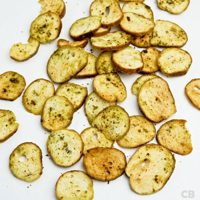 Krokante bagel chips met knoflook en basilicum