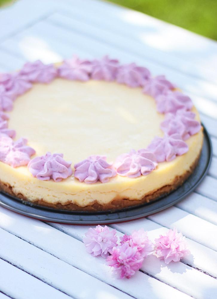 Recette de cheesecake au citron et sa chantilly aux fruits des bois. De quoi apporter l'été dans nos assiettes !