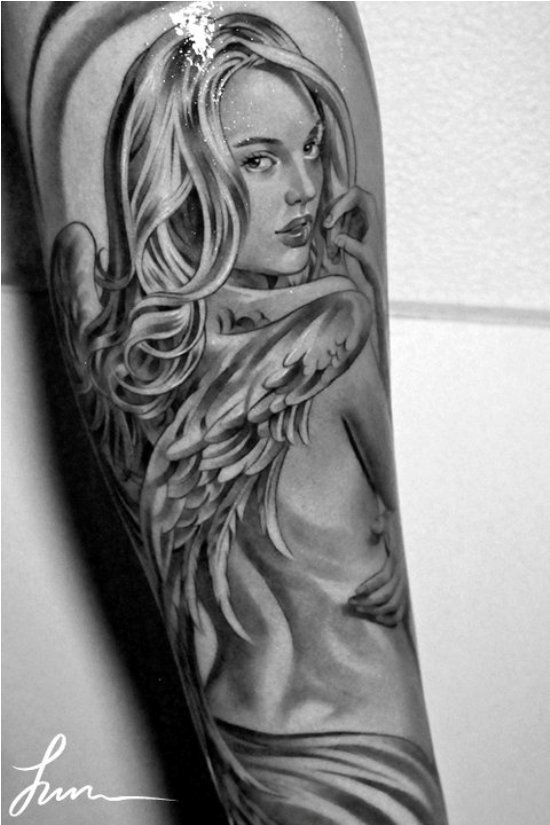 vemos el tatuaje de un angel de la guarda