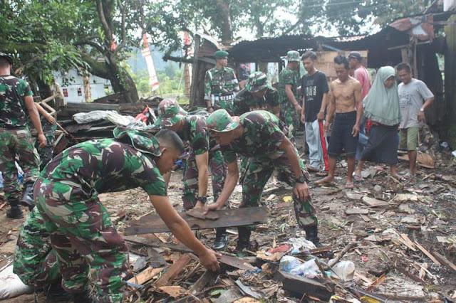 Pasca Banjir, Yonif Para Raider 433 Kostrad Bantu Bersihkan Sampah dan Lumpur di Maros