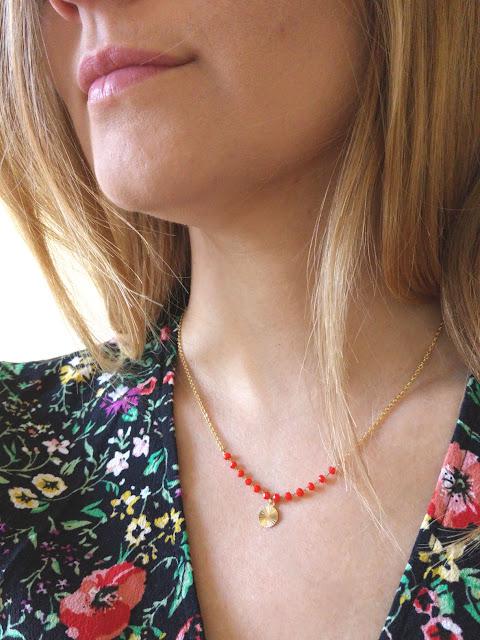 collier ras de cou perles de verre et pendentif doré rayon de soleil