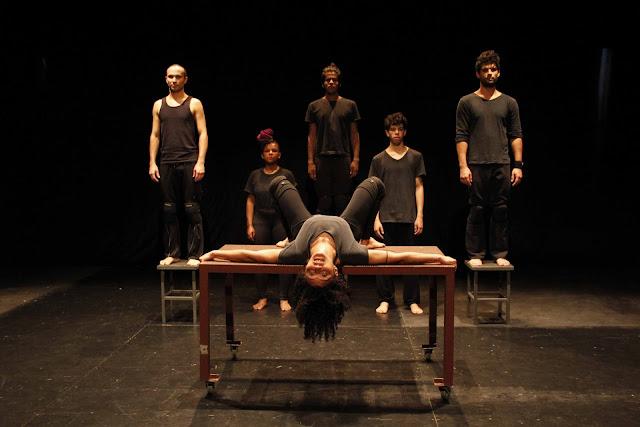 Espetáculo da Cia. de Teatro Heliópolis fala da violência sutil e naturalizada do dia a dia