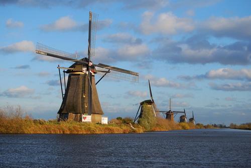 В течение столетий на дамбах строили множество ветряных мельниц,