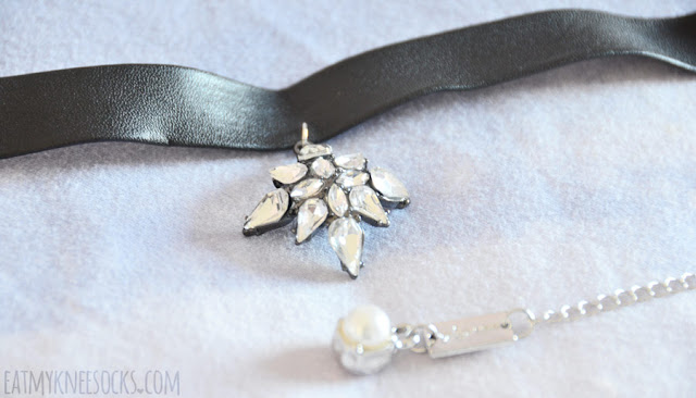 Details on the elegant leather pendant gem choker from Born Pretty Store.