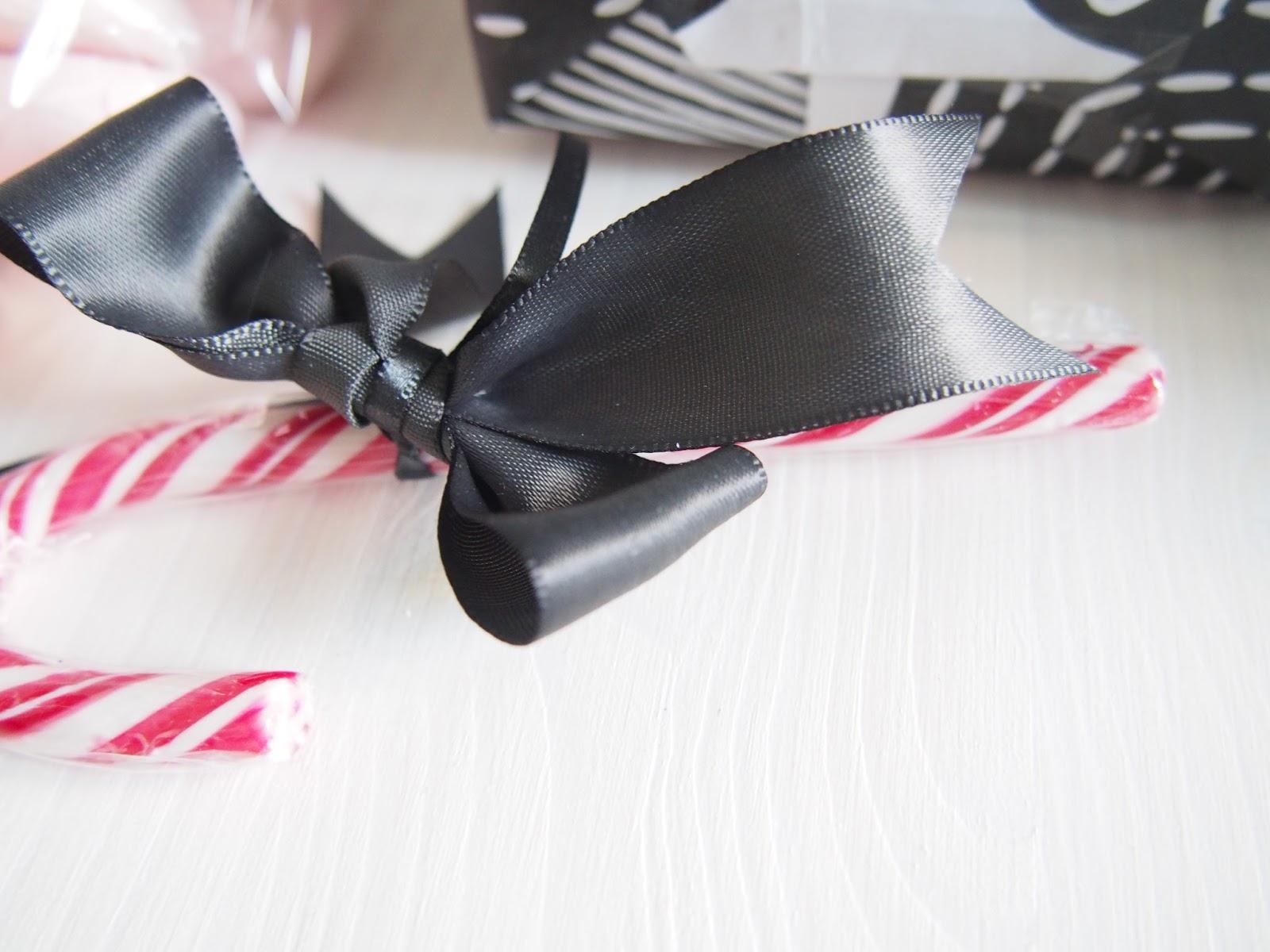 joulupaketointi silkkinauhalla