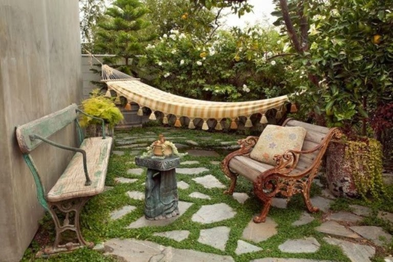 เก้าอี้เก่ากับสวนสวยๆของเรา
