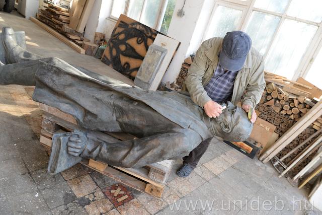Október 31-én új, remélhetőleg végleges helyére kerül Kisfaludi Stróbl Zsigmond Tisza István szobra az egyetem Főépülete előtt. Az alkotást Győrfi Lajos restaurálta, most pedig a szobrász püspökladányi műtermében várakozik arra, hogy visszaszállítsák Debrecenbe.