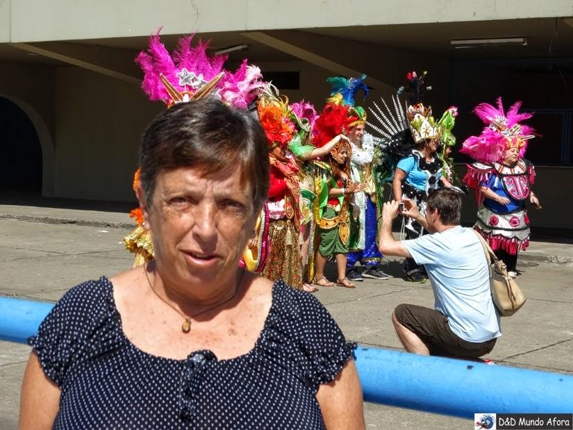 Ao fundo, turistas tiram fotos vestidos com fantasias dos desfiles - Sambódromo no Rio de Janeiro fora do carnaval