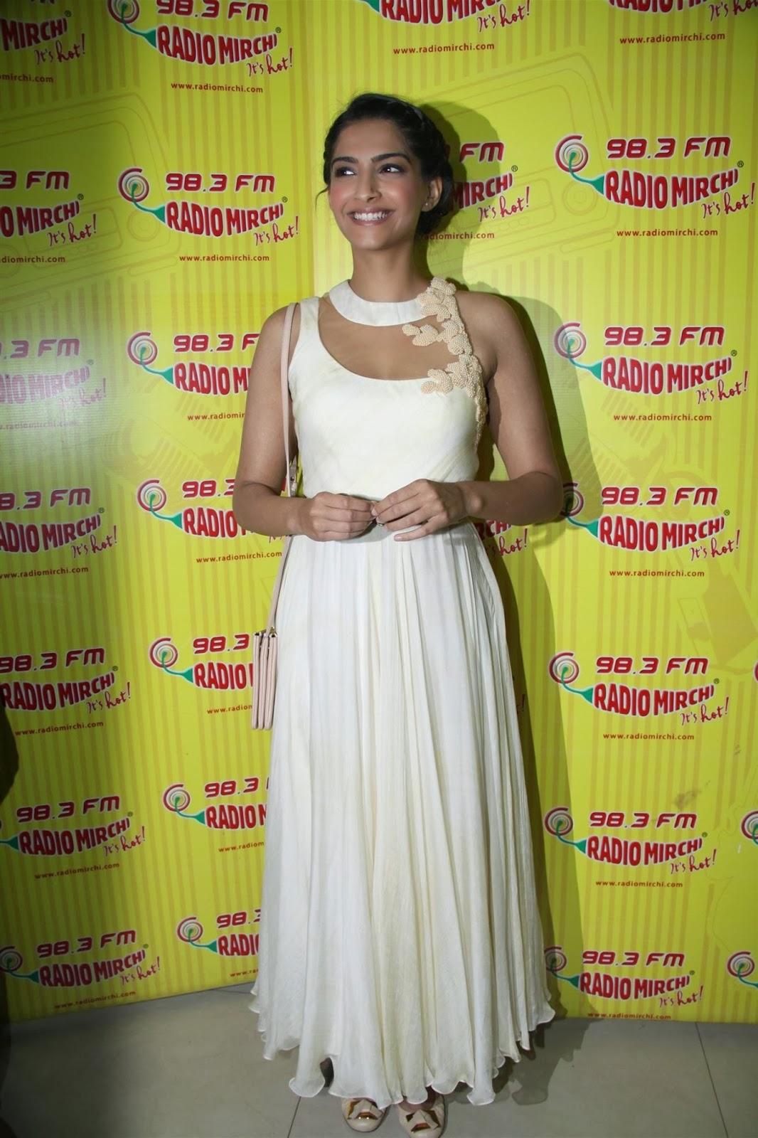 Picnic de Imagen Sonam Kapoor Super Sexy Escote Show-6918